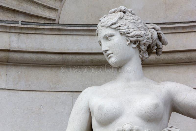 Nahaufnahme der Statue von Venus auf Lloyd Palace in Triest stockbilder