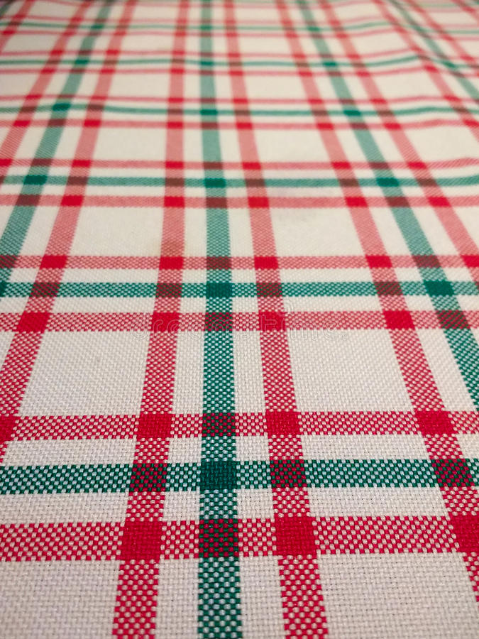 Nahaufnahme der Tischdecke mit kariertem Muster auf weißem Hintergrund stockfotografie