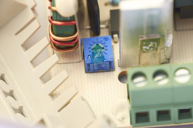 Nahaufnahme der Videowechselsprechanlagenstromversorgung, Komponenten lizenzfreies stockfoto