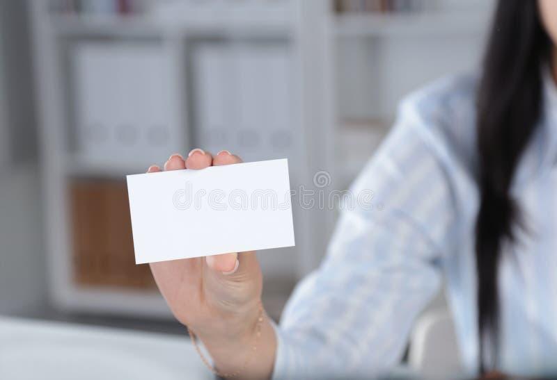 Nahaufnahme der Visitenkarte in der Frauenhand stockfotografie