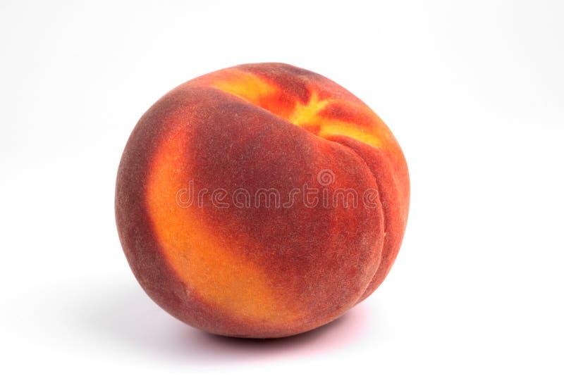 Nahaufnahme der Vorderseite auf einem isolierten farbenfrohen reifen Fruchtpfirpfirsich lizenzfreie stockbilder