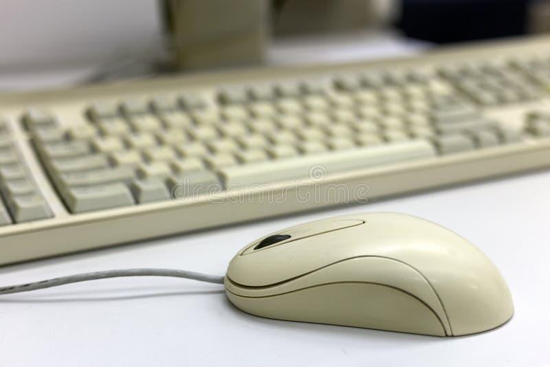 Nahaufnahme der weißen Computermaus auf unscharfem PC-Tastaturhintergrund Moderne Technologie, Informationen und Kommunikationsko lizenzfreies stockbild