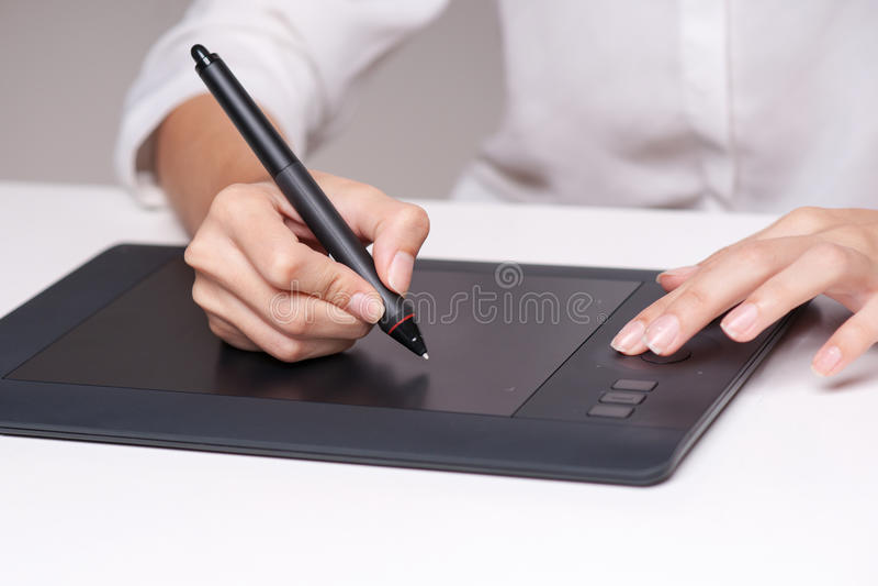 Nahaufnahme der weiblichen Damenschneiderin skizzierend und mit grafischer Tablette zeichnend stockfoto