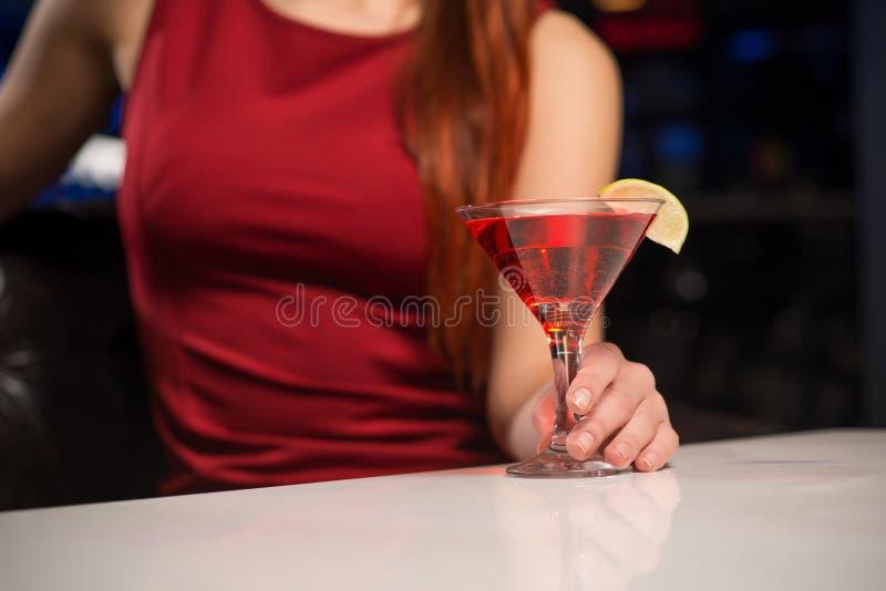 Nahaufnahme der weiblichen Hand ein Glas halten stockfotos