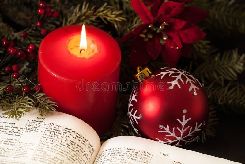 Nahaufnahme der Weihnachtskerze und -bibel stockbilder