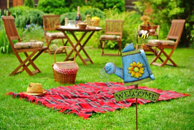 Nahaufnahme der Zeichen-Willkommens-und Hinterhof-Partei-oder Picknick-Szene lizenzfreie stockfotos
