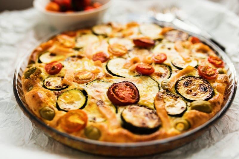 Nahaufnahme der Zucchini, der Tomaten und des Käsetörtchens stockfotografie