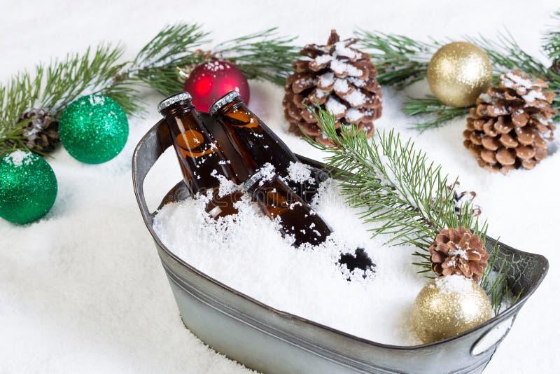 Nahaufnahme des abgefüllten Bieres bereit, während des Saison-holid zu trinken stockfotografie