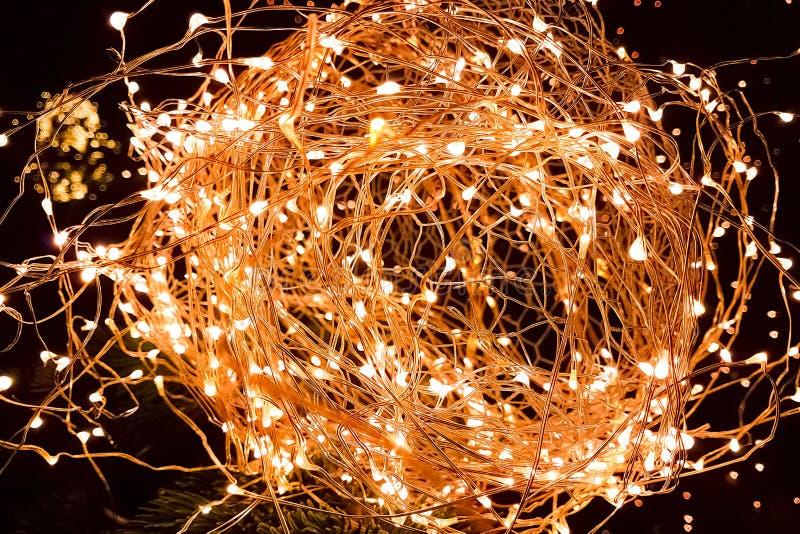 Nahaufnahme des abstrakten Weihnachtsfunkelns beleuchtet Ball auf Weihnachtsbaum lizenzfreies stockbild