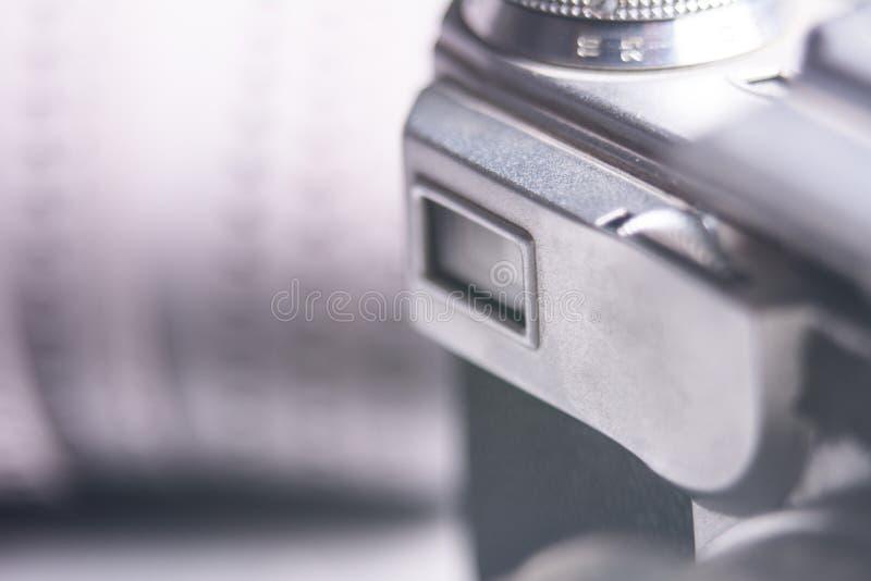 Nahaufnahme des alten Fotokamerasuchers und Foto filmen 35 Millimeter an stockbild