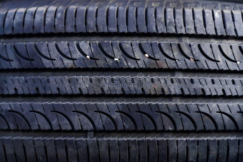 Nahaufnahme des alten Reifens in der Garage Selektiver Fokus stockfotografie