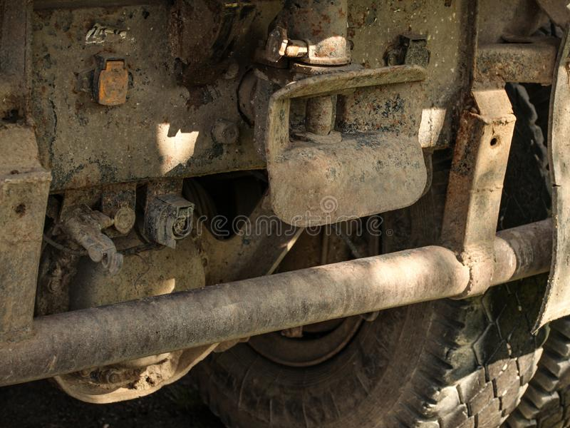 Nahaufnahme des alten rostigen und schmutzigen LKWs zurück, des großen Reifens und mich schleppen stockfoto