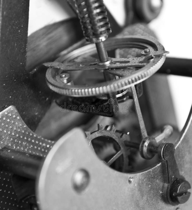 Nahaufnahme des alten Uhrmechanismus mit G?ngen lizenzfreie stockfotos