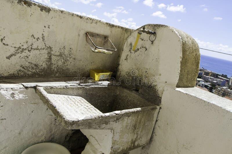 Nahaufnahme des alten Wäschehauses in der alten Stadt von Amantea stockbild