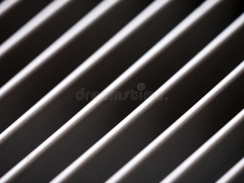 Nahaufnahme des Aluminiumabdeckungsgrills mit Muster von diagonalen Linien stockfotografie