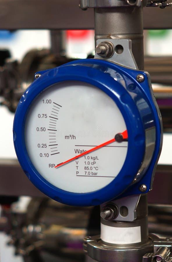 Nahaufnahme des analogen Meters in einer Herstellungseinheit stockfotografie