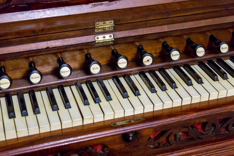 Nahaufnahme des antiken Reedorganharmoniums stockbild