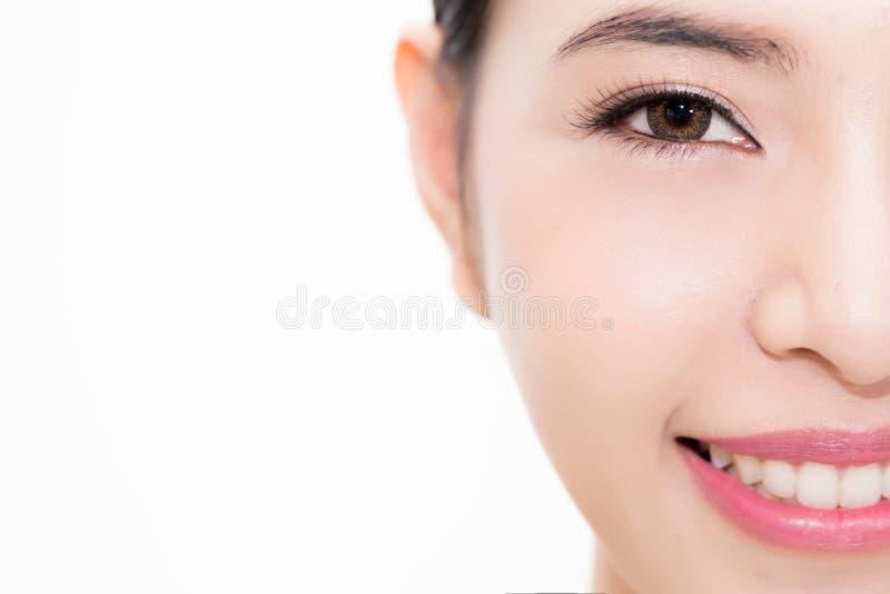 Nahaufnahme des asiatischen Gesichtes der jungen Schönheit konzentrierte sich auf Augen, die Schönheit, die über weißem Hintergru stockfoto