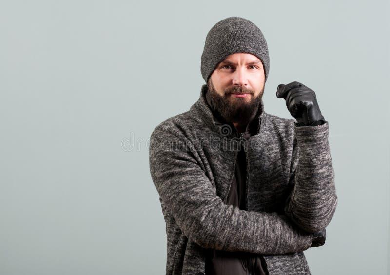 Nahaufnahme des attraktiven Mannes mit Bart fungierend überzeugt stockfotos