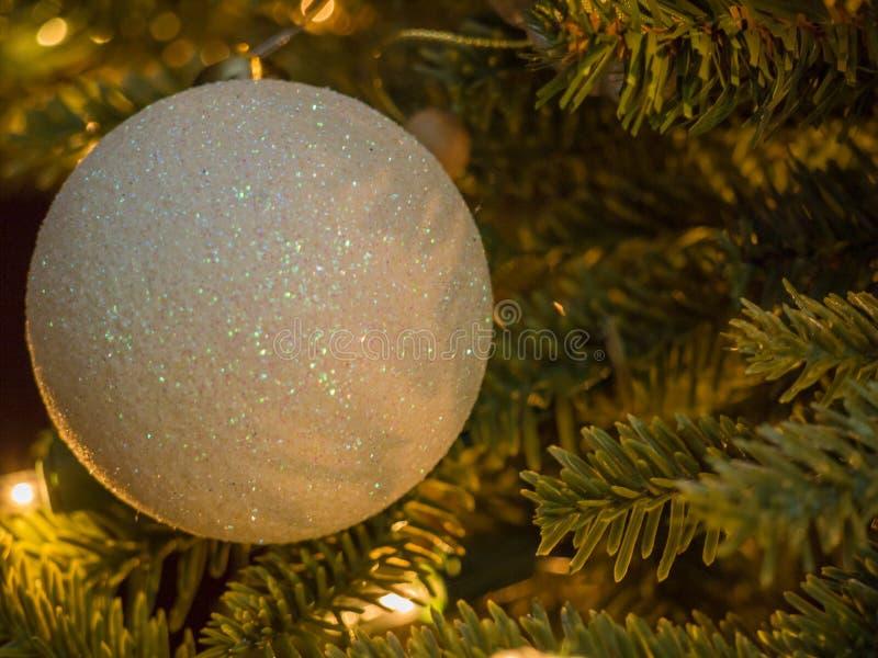 Nahaufnahme des Balls der weißen Weihnacht mit den weißen und silbernen Scheinen stockbild