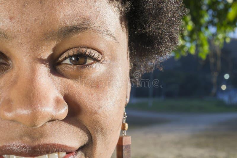 Nahaufnahme des braunen Auges der jungen Frau oder des Brasilianers lizenzfreie stockfotografie
