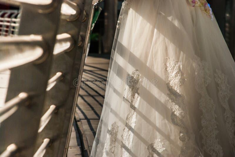 Nahaufnahme des Brautkleiderrockes lizenzfreie stockbilder