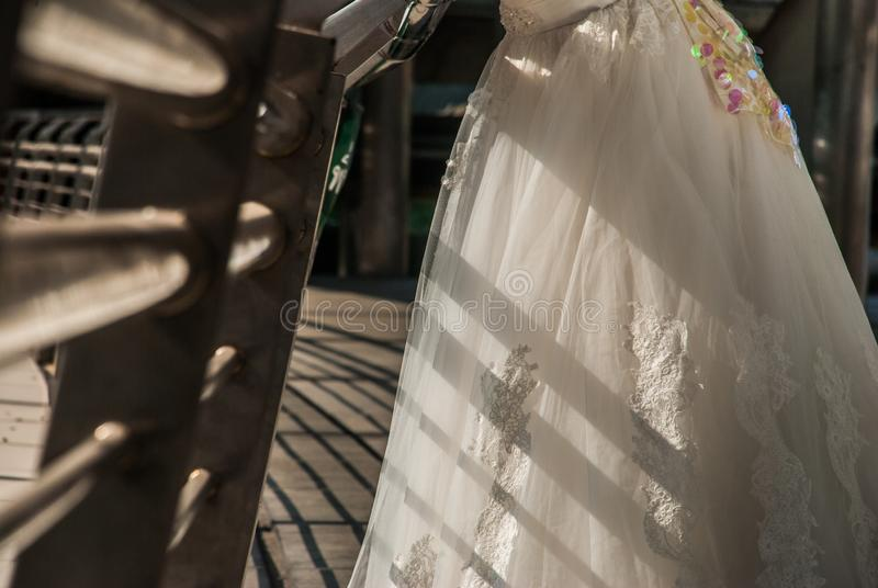 Nahaufnahme des Brautkleiderrockes lizenzfreies stockfoto