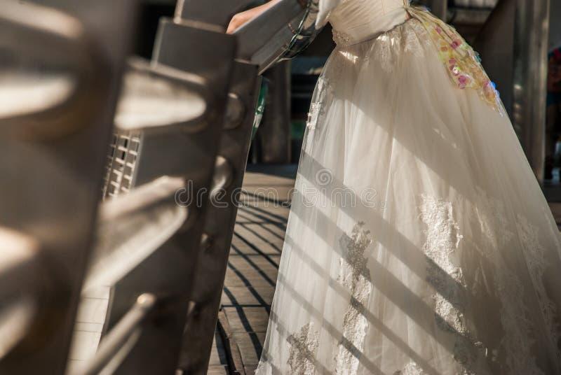 Nahaufnahme des Brautkleiderrockes stockbild