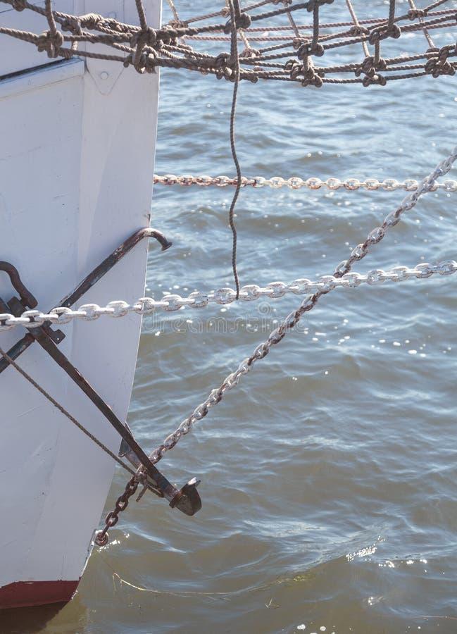 Nahaufnahme des Bugs einer großen Segeljacht stockfotos