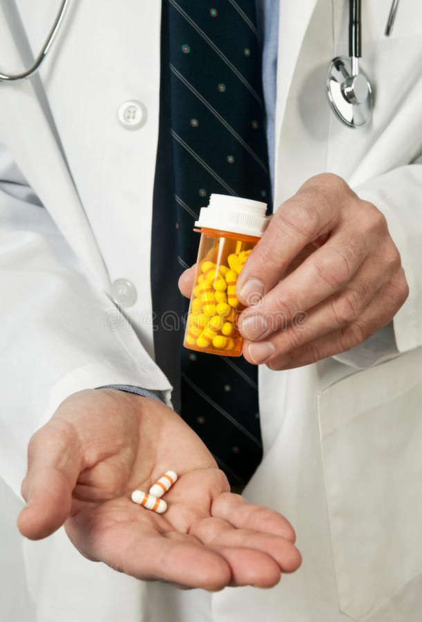 Nahaufnahme des Doktor-Holding Pills in der Hand lizenzfreies stockbild