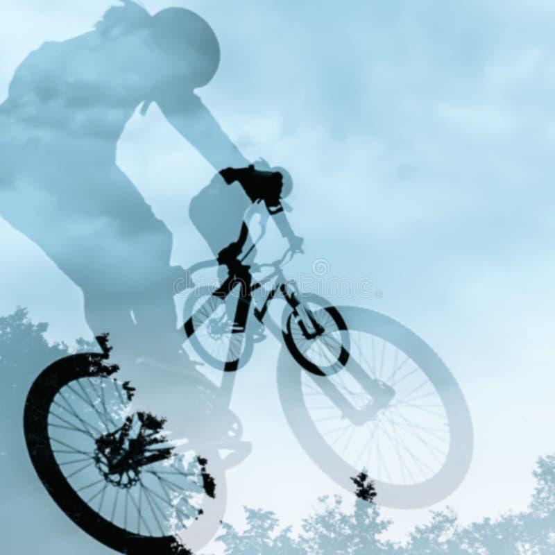 Nahaufnahme des doppelten Schattenbildes des nicht identifizierten jungen Mannes, der Sprung mit bmx Fahrrad gegen blauen Himmel  stockfotos