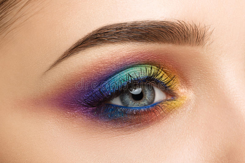 Nahaufnahme des Frauenauges mit schönem buntem Make-up stockfoto