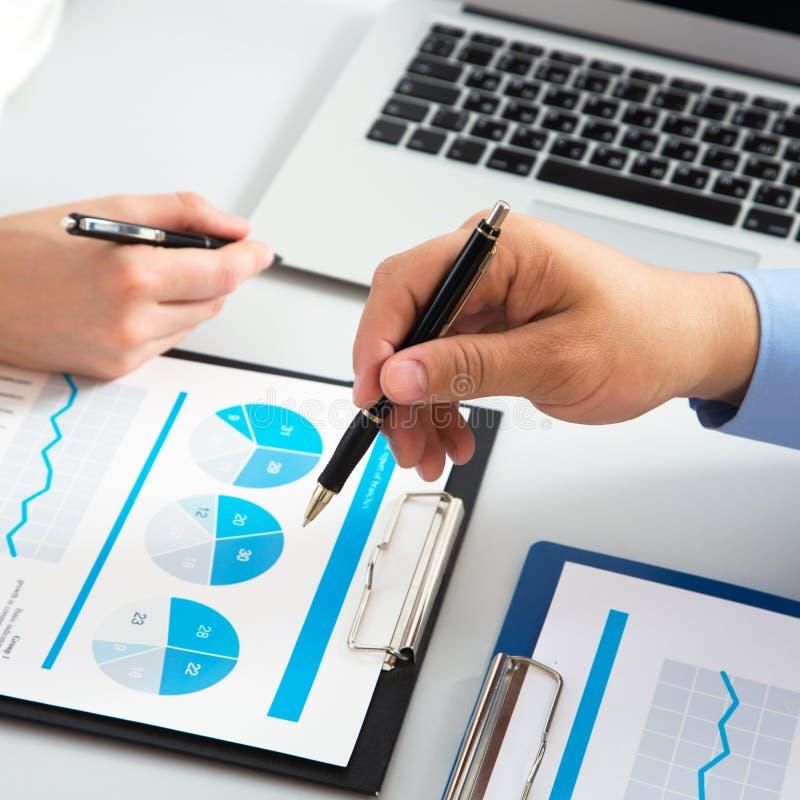Nahaufnahme des Geschäftsmannes einen Finanzplan Kollegen erklärend stockfotos
