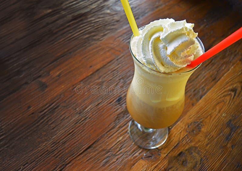 Nahaufnahme des geschmackvollen Vanille-Kaffeecocktails, -Schlagsahne und -strohs stockbild