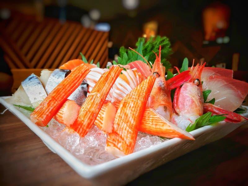 Nahaufnahme des gesetzten japanischen Lebensmittels des Mischsashimis auf weißer Platte stockbilder