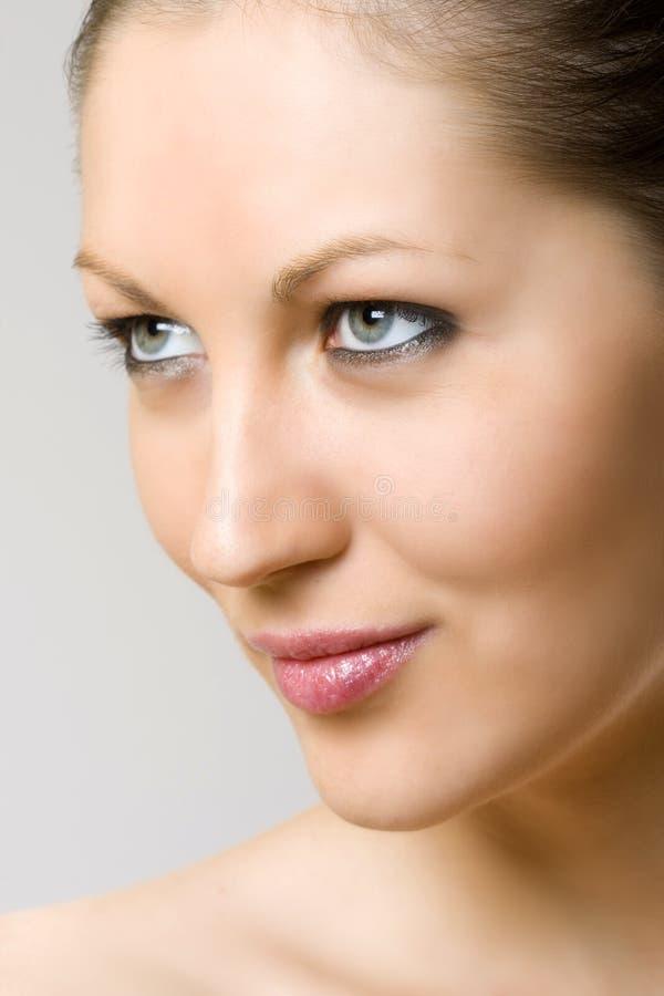 Nahaufnahme des Gesichtes einer Frau - lächelnd lizenzfreies stockbild