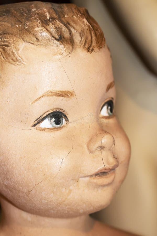 Nahaufnahme des Gesichtes des gebrochenen Mannequins des kleinen Jungen der Weinlese mit Vordergrund malte Auge im Fokus lizenzfreie stockbilder