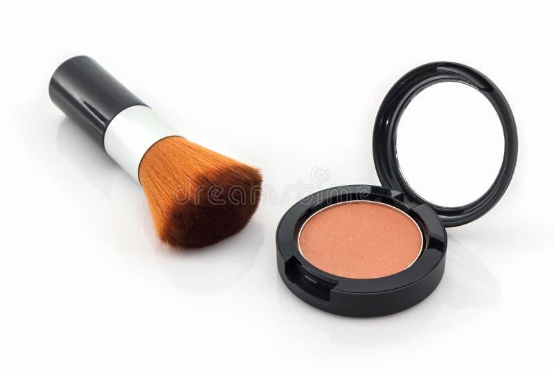 Nahaufnahme des Gesichtspuders und der Make-upbürste stockfotos