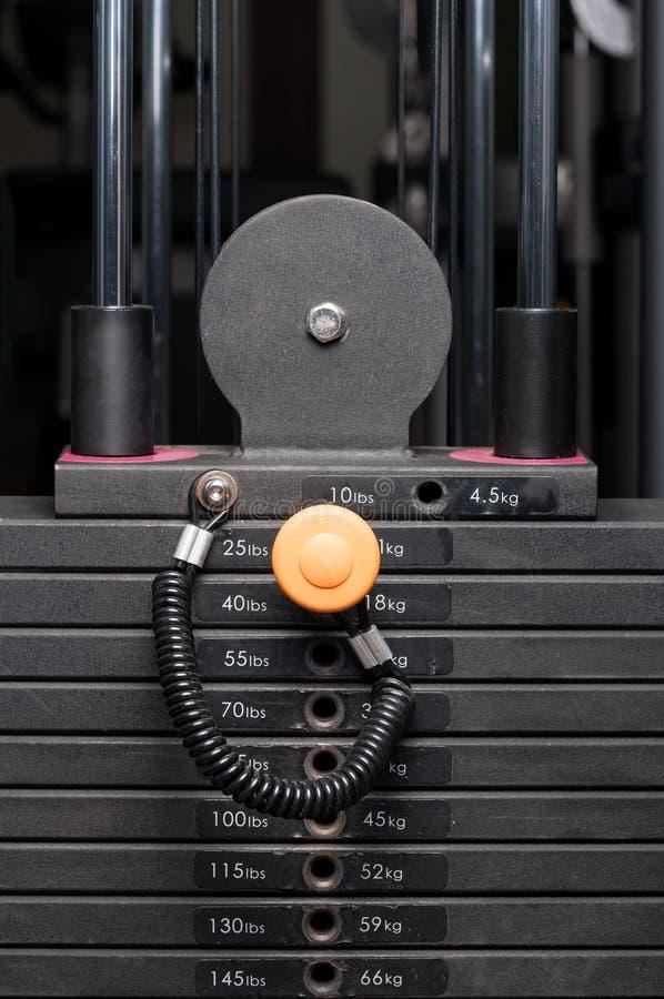 Nahaufnahme des Gewichtsstahlstapels in einem Fitness-Club stockbilder