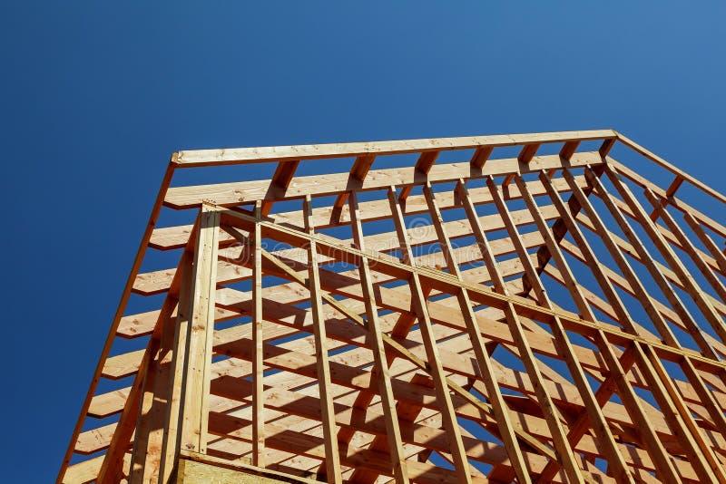 Nahaufnahme des Giebeldachs auf Stock errichtete im Bau und blauen Haupthimmel lizenzfreies stockfoto