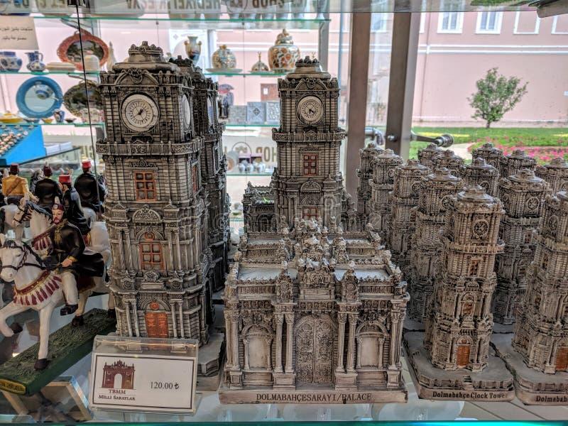 Nahaufnahme des Glockenturms und des Zeitraums des Haupterrichtenosmanischen reichs am Souvenirladen an Dolmabahce-Palast stockfotografie