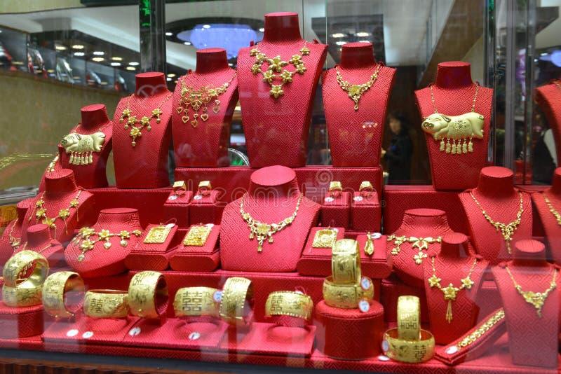 Nahaufnahme des goldenen Juweliergeschäftfensters, das Hochzeitsgeschenk, Andenken stockfotos