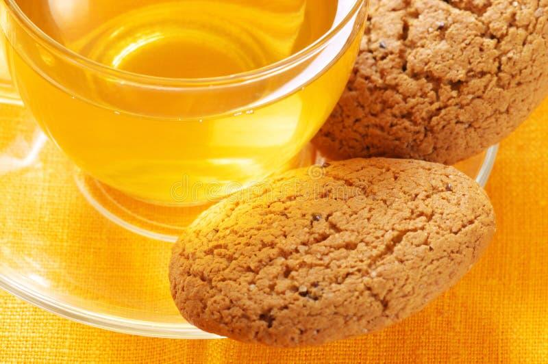 Nahaufnahme des grünen Tees und der Hafermehlplätzchen stockfotos