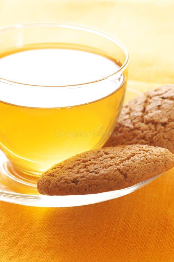 Nahaufnahme des grünen Tees und der Hafermehlplätzchen lizenzfreie stockbilder