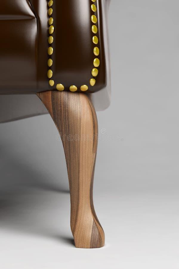 Nahaufnahme des hölzernen Fußes eines Stuhls stock abbildung