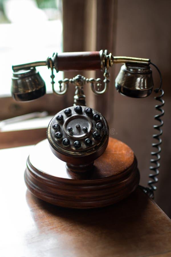 Nahaufnahme des hölzernen Telefons der Weinlese stockfoto