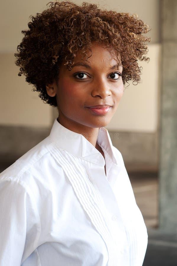 Nahaufnahme des hübschen Afroamerikanerleitprogramms stockfoto