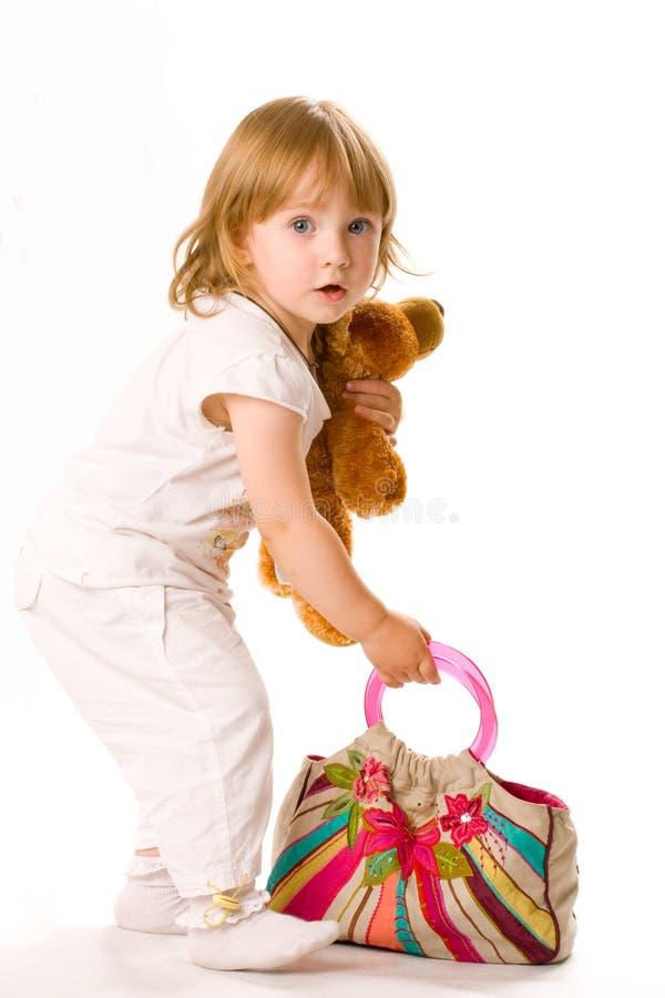 Nahaufnahme des hübschen Schätzchens mit Spielzeug und Beutel stockbild