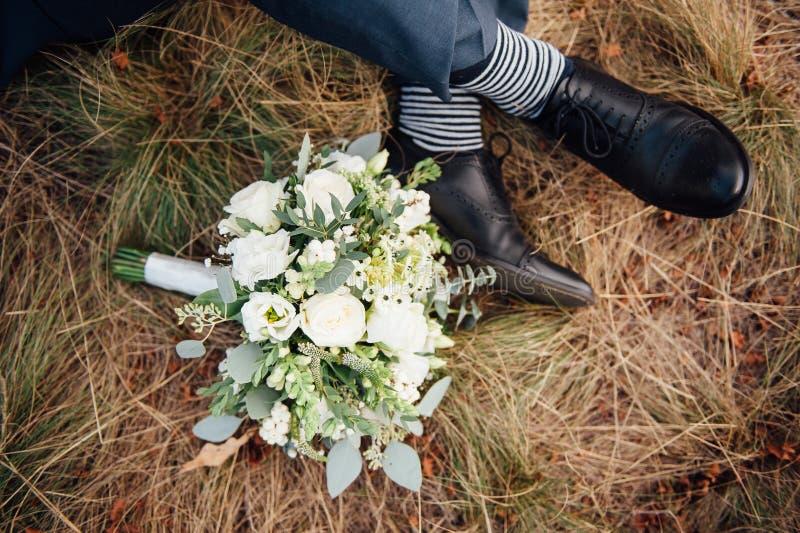 Nahaufnahme des Hochzeitsblumenstraußes auf Gras lizenzfreie stockfotos