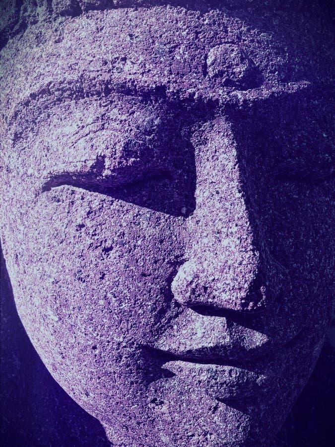 Nahaufnahme des indischen Frauenstatuengesichtes mit geschlossenen Augen- und ultraviolettenschatten stockfoto